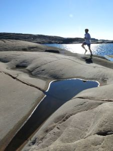 Svante Lundgren, 3rd on the first stage, enjoys a relaxing run on the rocks. Photo: Fredrik Ölmqvist