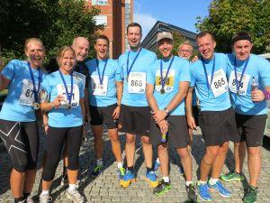 Hög stämning bland Elicits löpare efter målgången. Foto: Fredrik Ölmqvist