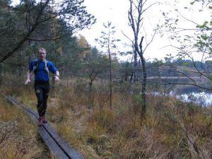 En hal spång är föga optimalt för löpbilder. 'Det här går inte', skrattar Erik, som lägger Kullamannen Ultra 2015 till den gedigna listan på avverkade lopp: Swiss Iron Trail T201 (CH) (201km) UTMB (FR/IT/CH) 2 ggr L'Echappée Belle (FR) (144km) Apuko Igoera Ultra (ES) (90km) Mountain Man (CH) (81km) Vestfold Ultra Challenge (NO) (82km) Ladonia Mountain Trophy Elit 7 ggr Kristins Runde (NO) (81km) Hornindal Rundt (NO) (75km) Borås Ultra Marathon (160km) Borås Ultra Marathon (87km) Ursvik Ultra (75km) Markusloppet (50km) Munkastigen Trailrun (44km) 3 ggr Sandsjöbacka Trail Ultra Winter (50 miles) Sandsjöbacka Trail Ultra Winter (68km) Sandsjöbacka Trail Marathon Winter (43km) 3 ggr Sandsjöbacka Trail Marathon Autumn (44km) Soteleden Terrängmarathon (42km) Icebug 24 2 ggr